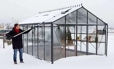 Poista raskas lumi kasvihuoneen katolta