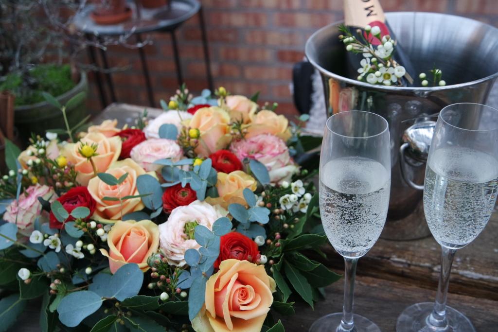 Ystävänpäivä kasvihuone, pöydällä on ruusuja.